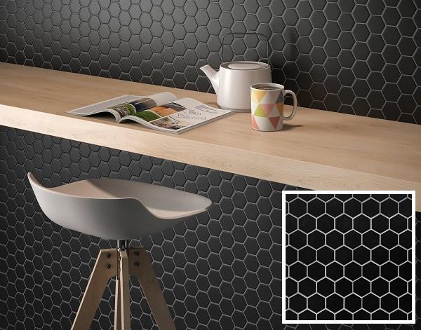 Gạch mosaic lục giác màu đen tinh tế và sang trọng cho không gian quán cà phê