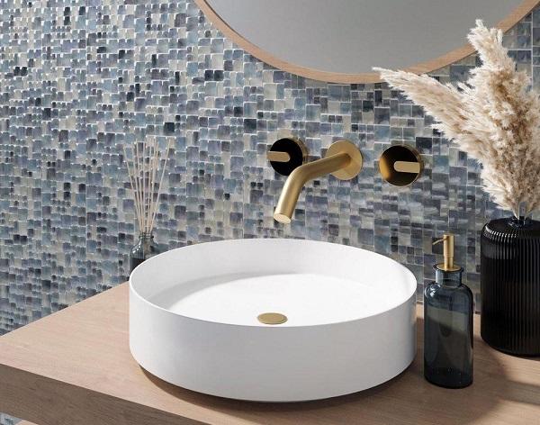 Mẫu gạch mosaic ốp phòng tắm điểm màu xanh tím và trắng long lanh